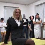 Secretária sendo abusada no gangbang